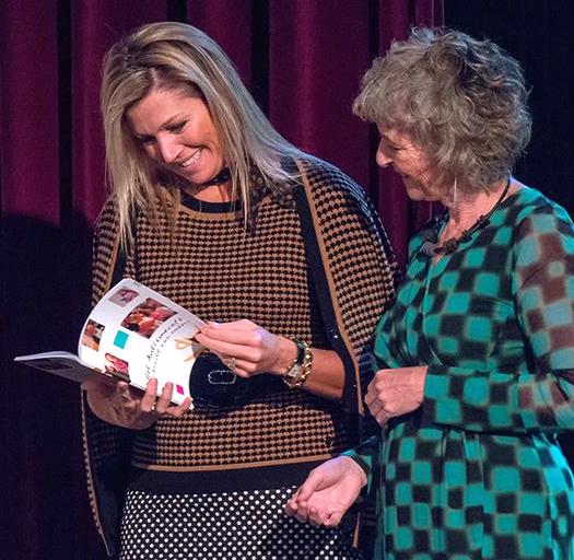 Maxima ontvangt jubileumboekje Autismecafe