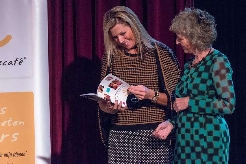 Maxima ontvangt boekje Het Autismecafé: De Kracht van Ouders