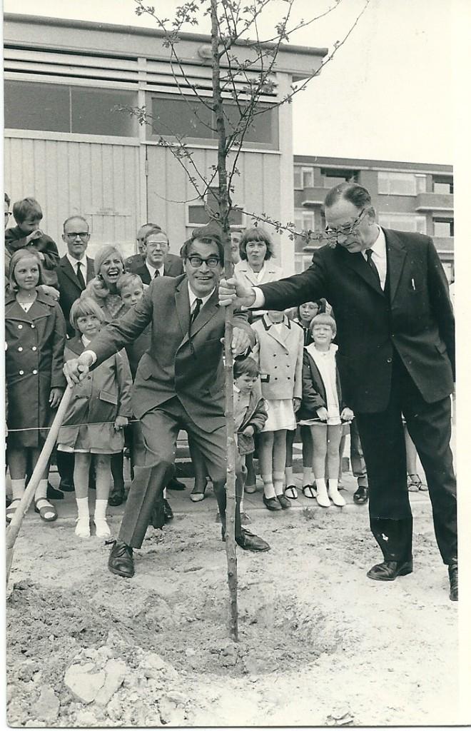 jan bontje godfried bomans bij het planten van een boom in spijkenisse